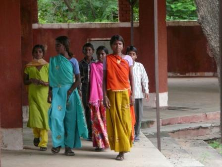 escuela de los pies descalzos camino del parlamento - Cambiando la mente en La Escuela de los Descalzos que nació en la India