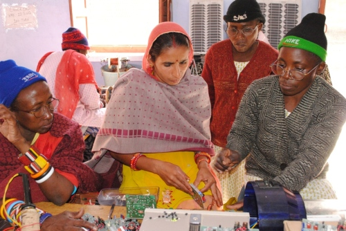 escuela de los pies descalzos mujeres congolec3b1as en india - Cambiando la mente en La Escuela de los Descalzos que nació en la India