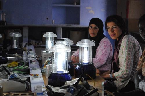escuela pies descalzos beduinas llevan energia solar a jordania - Cambiando la mente en La Escuela de los Descalzos que nació en la India