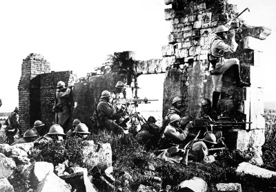 French troopers under General Gouraud, with their machine guns amongst the ruins of a cathedral near the Marne, driving back the Germans. 1918. Central News Photo Service. (War Dept.) Exact Date Shot Unknown NARA FILE #: 165-WW-286-36 WAR & CONFLICT BOOK #: 619